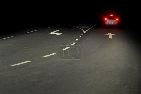 Photo pour Route asphaltée la nuit, avec feux arrière rouges de la voiture - image libre de droit