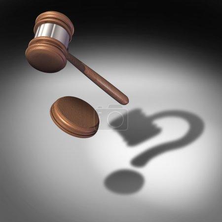 Photo pour Concept de question de droit et questions de justice symbole et icône de conseils juridiques en tant que marteau ou maillet de juge avec un bloc sonore tombant jetant une ombre en forme de point d'interrogation représentant l'incertitude dans les questions de légalité . - image libre de droit