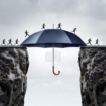 Photo pour Concept de pont de sécurité en tant que gens d'affaires fonctionnant à travers deux falaises hautes avec l'aide d'un parapluie géant sûr reliant l'écart. - image libre de droit