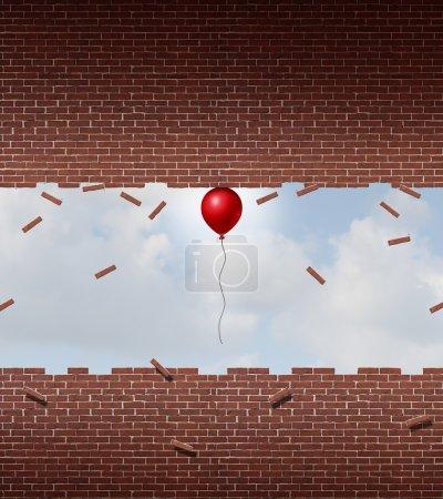 Photo pour Concept d'affaires puissance et symbole de performances exceptionnelles comme un petit ballon rouge tirant vers le haut et breaking apart un mur de brique et de mortier comme une métaphore de l'incroyable dépassement exceptionnel. - image libre de droit