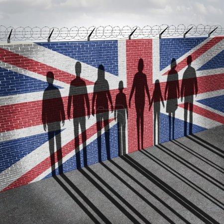Photo pour Grande-Bretagne immigration réfugiés concept que les gens sur un mur frontalier avec un drapeau britannique comme une question sociale sur les réfugiés ou les immigrants illégaux au Royaume-Uni avec l'ombre d'un groupe de migrants avec des éléments d'illustration 3d. - image libre de droit