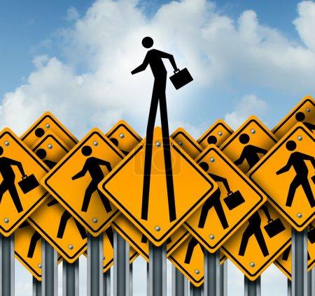 Photo pour Succès professionnel et montée au concept de pointe en tant que groupe de travailleurs traversant les panneaux de signalisation avec un homme d'affaires icône sortir du peloton comme un symbole de leadership et de la pensée de l'innovation de sortie de la boîte . - image libre de droit
