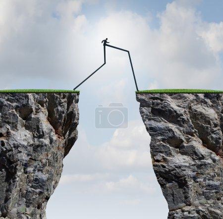 Photo pour Surmonter un concept d'obstacle en tant qu'homme d'affaires avec de très longues jambes marchant passé à travers deux falaises hautes comme métaphore de pont de succès pour surmonter une obstruction et résoudre un problème. - image libre de droit