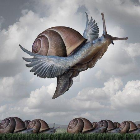 Photo pour Concept d'avantage comme métaphore d'entreprise avec une foule surréaliste d'escargots rampant lentement sur le sol contraste avec un escargot volant avec des ailes comme symbole de l'innovation concurrentielle et de monter au-dessus du reste . - image libre de droit