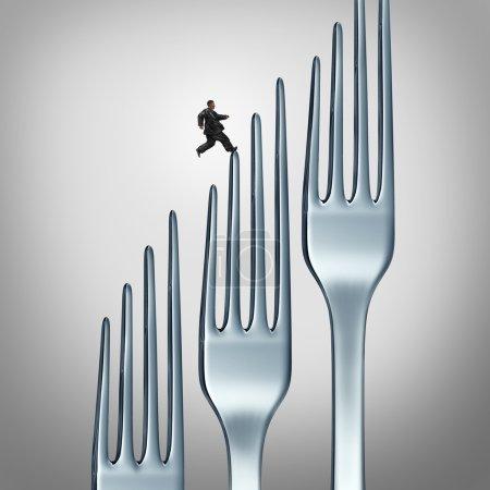 Photo pour Défi d'un mode de vie sain et remise en forme par l'exercice et la consommation d'aliments santé comme une personne obèse en surpoids courir un groupe de fourchettes de dîner comme un symbole et une icône de perdre avec l'entraînement physique et le plan de régime . - image libre de droit