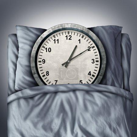 Photo pour Obtenir assez concept de sommeil ou symbole de trouble de sommeil comme une horloge couché dans son lit sur un oreiller comme une métaphore pour le repos et le besoin de détente pour un sain esprit et de corps ou de nomination de stress annexe. - image libre de droit