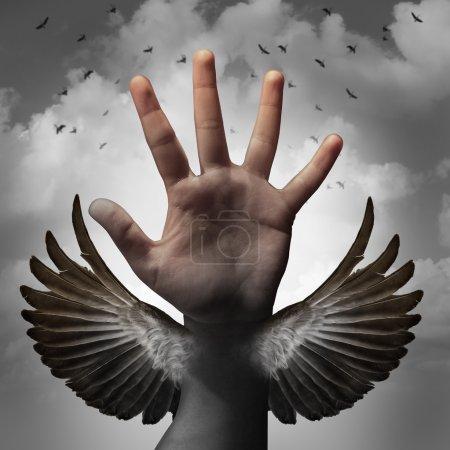 Photo pour Construire un concept de confiance en soi et croire au potentiel intérieur en tant que main humaine se transformant en aile d'oiseau comme métaphore de l'apprentissage et de l'éducation professionnelle pour gagner en liberté grâce à l'éducation . - image libre de droit