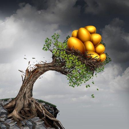 Photo pour Problème et investissement symbole de stress succès financier comme un arbre à croissance rompu à cause de l'excès de poids des revenus de croissance comme un groupe d'oeufs nid d'or poussant la plante vers le bas. - image libre de droit