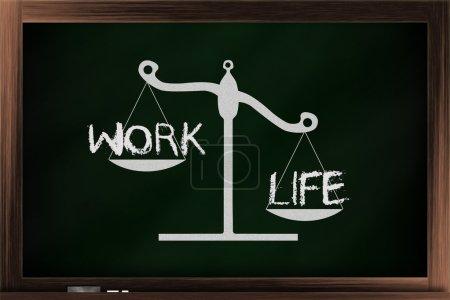 Photo pour Échelle de choix entre travail et vie sur un tableau noir - image libre de droit