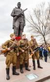 Ünnepe A győzelem napja 9maya ünnepi makrancos, ünnepi parádé az utcán Krasnoyarsk