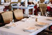 Interiér letní kavárna - chráněné tabulky s bílým tablec
