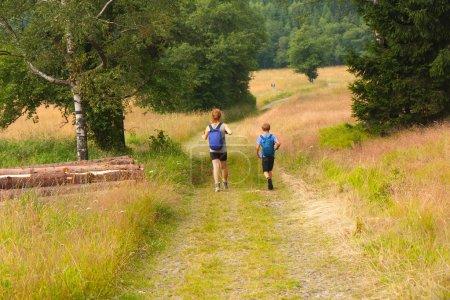 Photo pour Jeunes gens joyeux pendant l'alpinisme d'été . - image libre de droit
