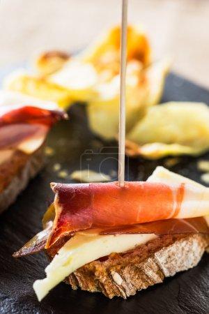 Photo pour Tapas espagnoles : tranche de pain, fromage et jambon espagnol . - image libre de droit
