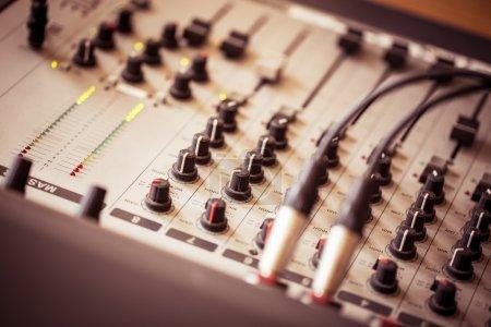Photo pour Table de mixage professionnelle dans un son studio . - image libre de droit