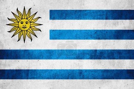 Photo pour Drapeau de l'Uruguay ou bannière uruguayenne sur fond de texture rugueuse - image libre de droit