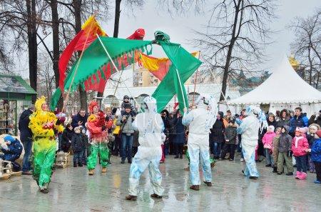 """Photo pour Moscou, Russie, 22 février 2015, Scène russe : Les gens qui célèbrent les vacances de Maslenitsa dans le jardin """"Hermitage"""". Scène : L'été bannit l'hiver - image libre de droit"""