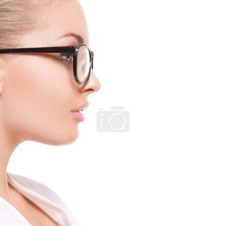 Photo pour Portrait rapproché de jeune femme dans des lunettes isolées sur fond blanc - image libre de droit