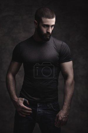 Foto de Retrato de un hombre barbudo sobre fondo oscuro - Imagen libre de derechos