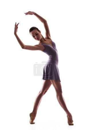 Photo pour Belle danseuse de ballet femme isolée sur fond blanc - image libre de droit