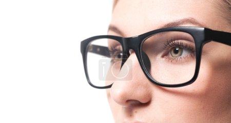 femme portant des lunettes gros plan