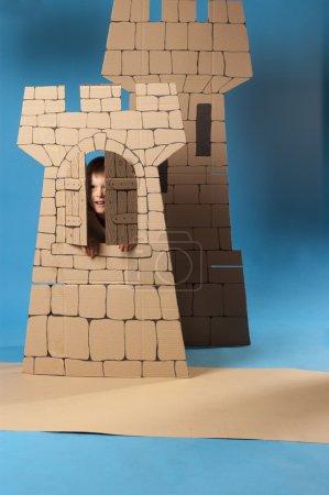 Photo pour Photo du garçon en costume chevalier médiéval fait de cartons - image libre de droit
