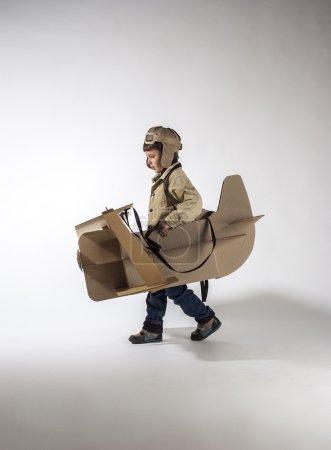 Photo pour Jeune pilote vole sur avion en carton. vue de côté. - image libre de droit