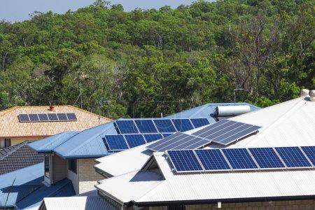 Foto de Paneles solares en múltiples hogares energéticamente eficientes - Imagen libre de derechos