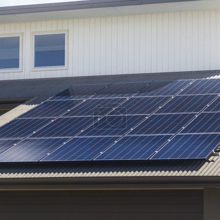 Foto de Paneles solares fotovoltaicos instalados en techos de aluminio - Imagen libre de derechos