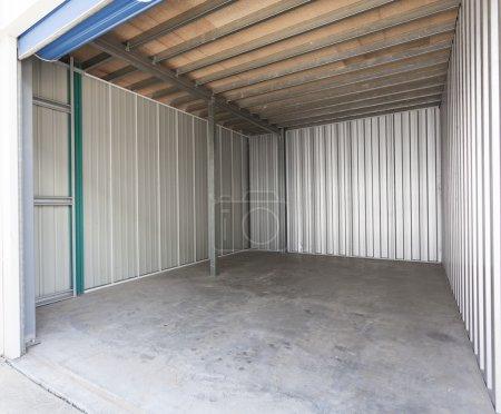 Photo pour Empty aluminum garage with roller door - image libre de droit