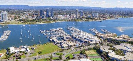 Photo pour Broadwater avec marina et Southport sur la Gold Coast, Queensland - image libre de droit