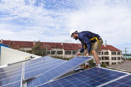 Foto de Técnico de paneles solares instalando paneles solares en el techo - Imagen libre de derechos