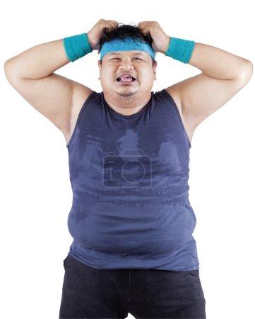 Photo pour Gros homme exprimant stressant après l'échec des régimes amaigrissants - image libre de droit