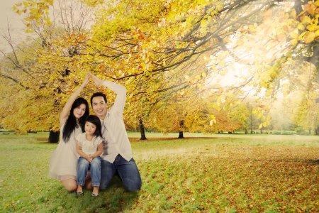 Photo pour Père et mère ont fait une forme de maison avec leurs mains pour protéger leur enfant - image libre de droit