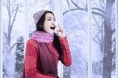 žena v zimní oblečení kýchání