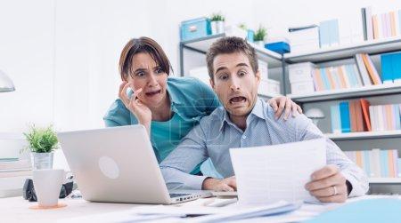 Photo pour Stressé jeune couple vérifier les factures, les impôts et le solde du compte bancaire, ils paniquent, la dette et le coût de la vie concept - image libre de droit