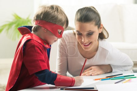 Photo pour Matka i syn, rysunek i czasu razem w pokoju dziennym. - image libre de droit