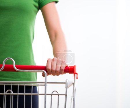 Photo pour Jeune femme avec panier au supermarché mains gros plan . - image libre de droit
