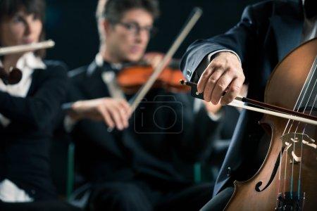 Photo pour Orchestre symphonique avec gros plan de la violoncelliste main. - image libre de droit
