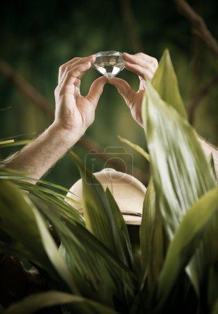 Photo pour Explorer dans la jungle trouver un énorme diamant précieux . - image libre de droit