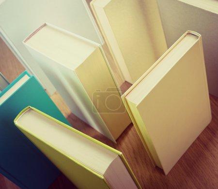 Photo pour Livres debout sur le sol composant un labyrinthe, concept d'apprentissage et de réflexion . - image libre de droit