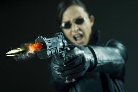Agentin zeigt Pistole