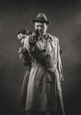 Mann richtet Waffe gegen Frau