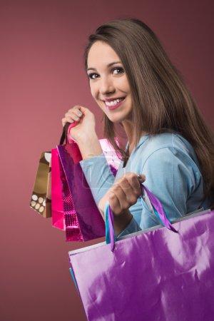 Photo pour Joyeux souriant femme shopping avec beaucoup de sacs colorés - image libre de droit
