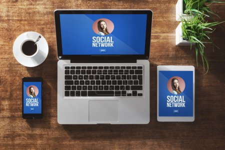 Photo pour Profil d'utilisateur de réseau social maquette sur écran d'ordinateur, tablette et smartphone - image libre de droit