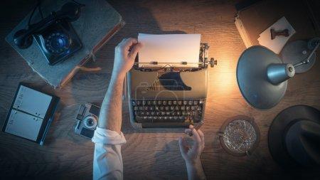 Photo pour Bureau de journaliste vintage style années 1950, il travaille et dactylographie sur sa machine à écrire tard dans la nuit, vue de dessus - image libre de droit