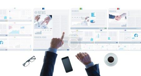 Photo pour Homme d'affaires professionnel pointant vers les rapports financiers et faisant défiler les diapositives de nouvelles sur un bureau de lumière à écran tactile, les mains ferment - image libre de droit