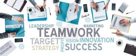 Photo pour Concepts du texte d'affaires et équipe d'affaires travaillant au bureau lors d'une réunion, vue de dessus des mains, personnes méconnaissables, stratégie et concept de travail d'équipe - image libre de droit
