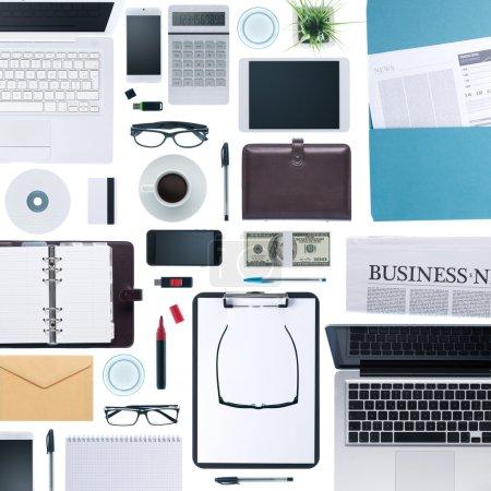 Photo pour Papeterie de bureau d'affaires, ordinateurs portables, téléphone mobile et appareils composant un fond d'entreprise, vue de dessus - image libre de droit