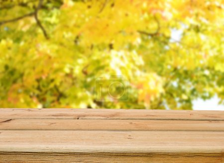 Foto de Mesa de madera vacía para pantalla monatges - Imagen libre de derechos