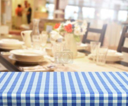 Photo pour Table vide pour les montages d'affichage de produit dans le restaurant - image libre de droit